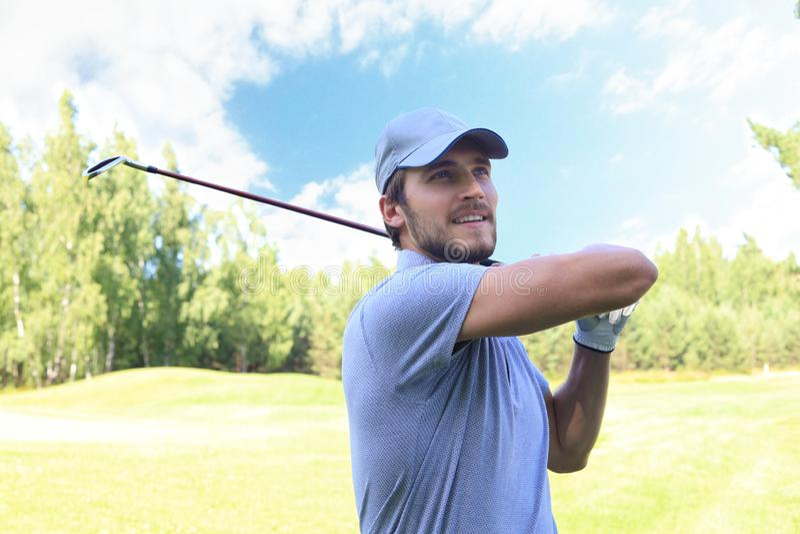 Golfisty ciupni?cia golfa strza? z klubem na kursie podczas gdy na wakacje obrazy stock