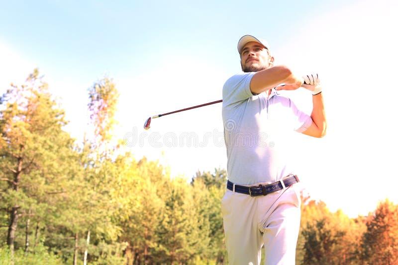 Golfisty ciupni?cia golfa strza? z klubem na kursie podczas gdy na wakacje obraz royalty free