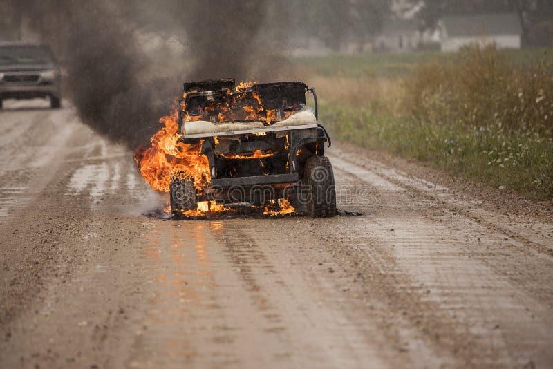 Golfkar op brand stock fotografie
