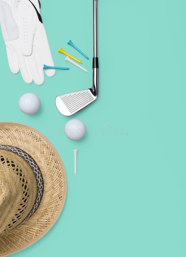 Golfklubb, golfboll, golfhandske och utslagsplatser på bakgrund i turkos royaltyfri illustrationer