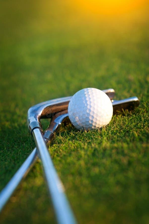 Download Golfklubb och boll fotografering för bildbyråer. Bild av gräs - 27287285
