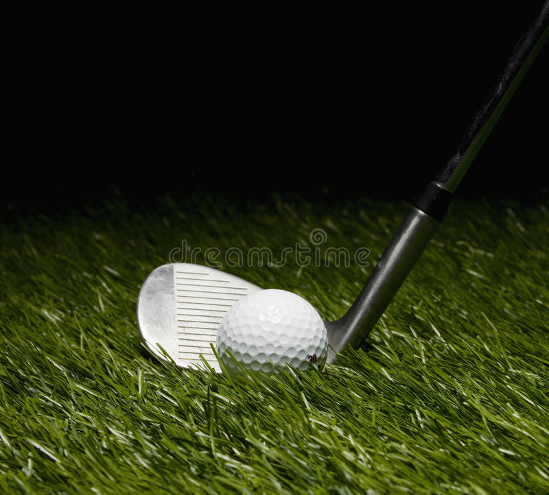 Golfklubb och boll royaltyfri fotografi