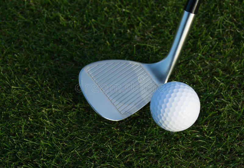 Golfklubb och golfboll royaltyfri fotografi