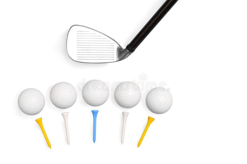 Golfklubbar och golfbollar med utslagsplatser som isoleras på vit bakgrund arkivfoto
