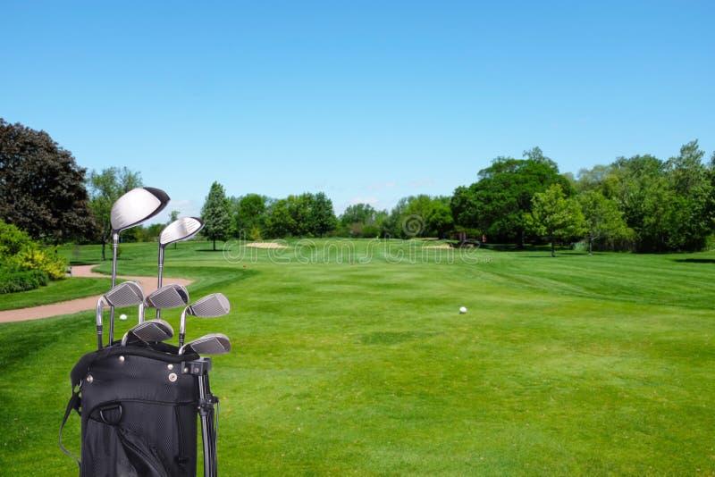Golfklubbar och påse på kurs royaltyfri foto