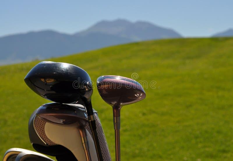Golfklubbar på Hilly Golf Course royaltyfri bild