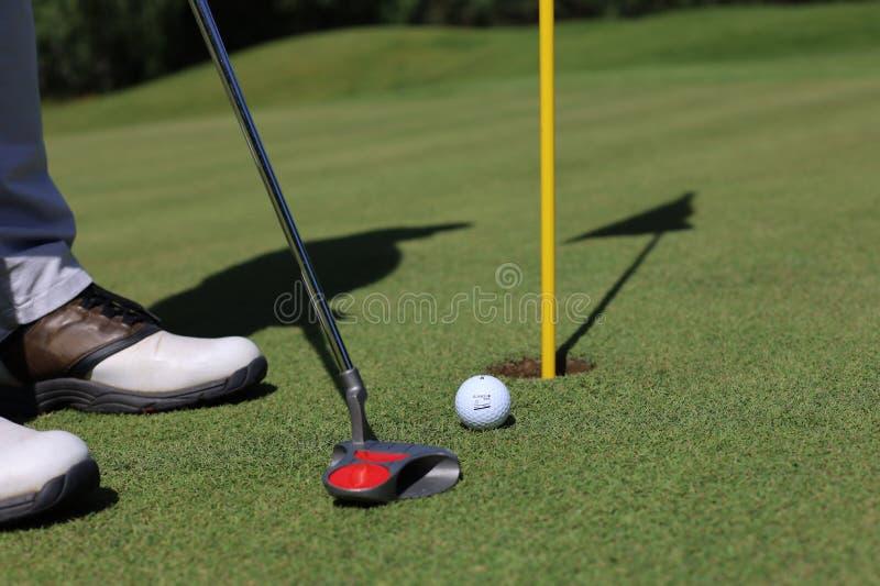 Golfklubben och klumpa ihop sig F?rbereda sig till skottet royaltyfria foton