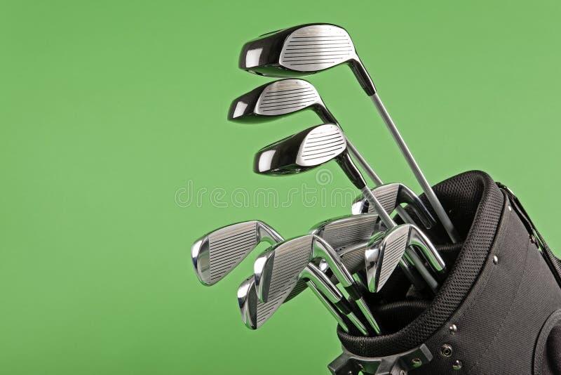Golfklubbuppsättning på chromagräsplan fotografering för bildbyråer