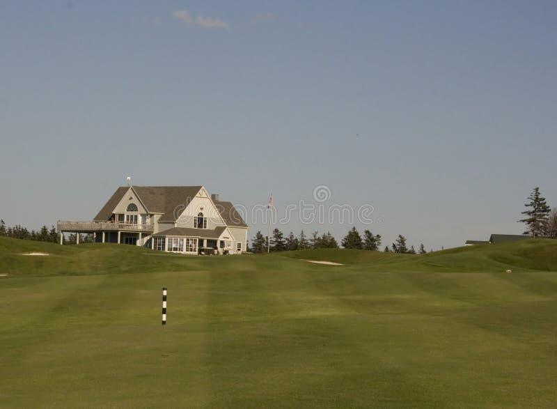 Golfklubhaus und -fahrrinne lizenzfreies stockfoto