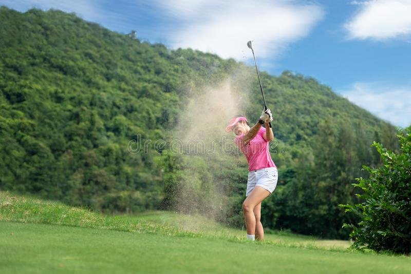 Golfkvinnor Gladlynt lycklig asiatisk le kvinna med att spela golf i golfklubben i den soliga tiden, kopieringsutrymme royaltyfri bild