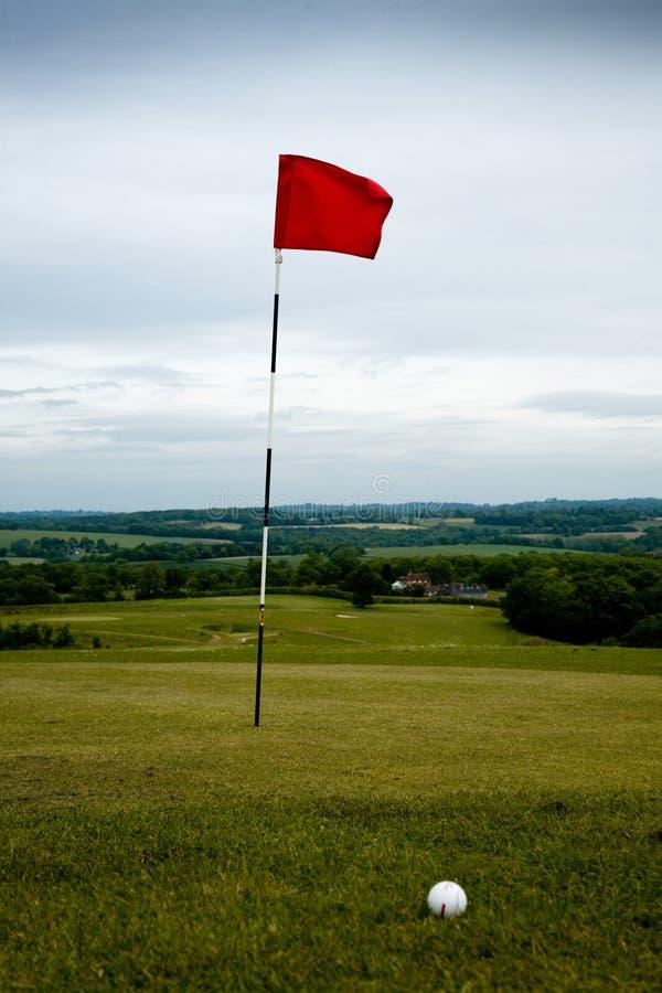 Golfloch und -kugel stockfotografie