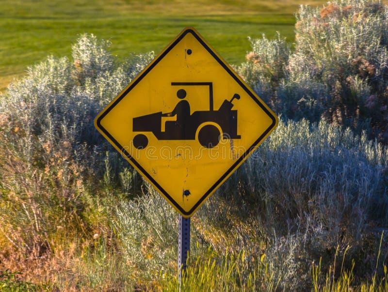 Golfmobilüberfahrtzeichen gesehen nahe Straße stockbilder