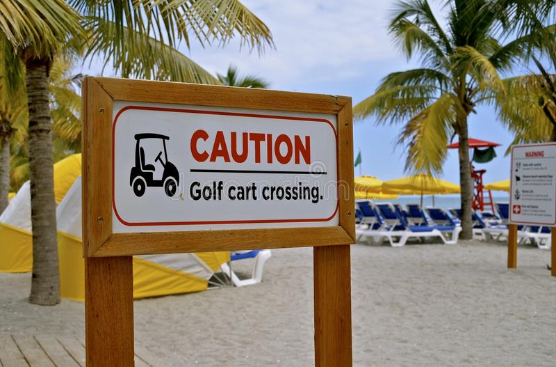 Golfmobil-Überfahrt-Zeichen stockfotografie