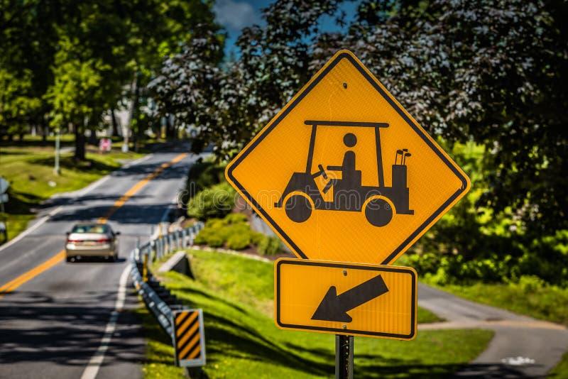 Golfmobil-Überfahrt-Zeichen stockfoto