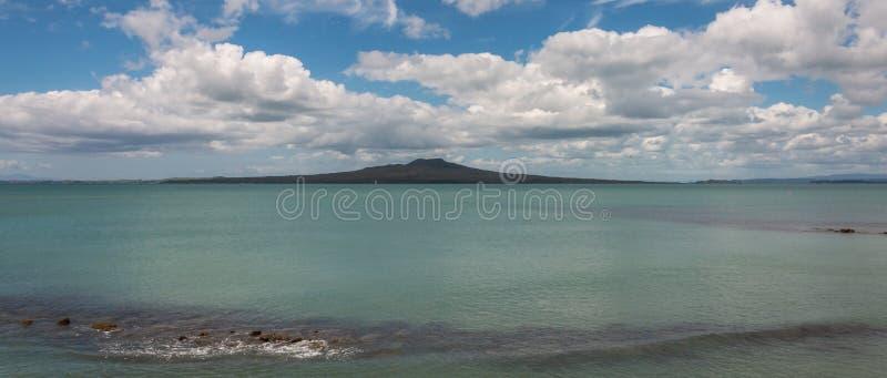 Golfo de Hauraki com ilha de Rangitoto imagem de stock