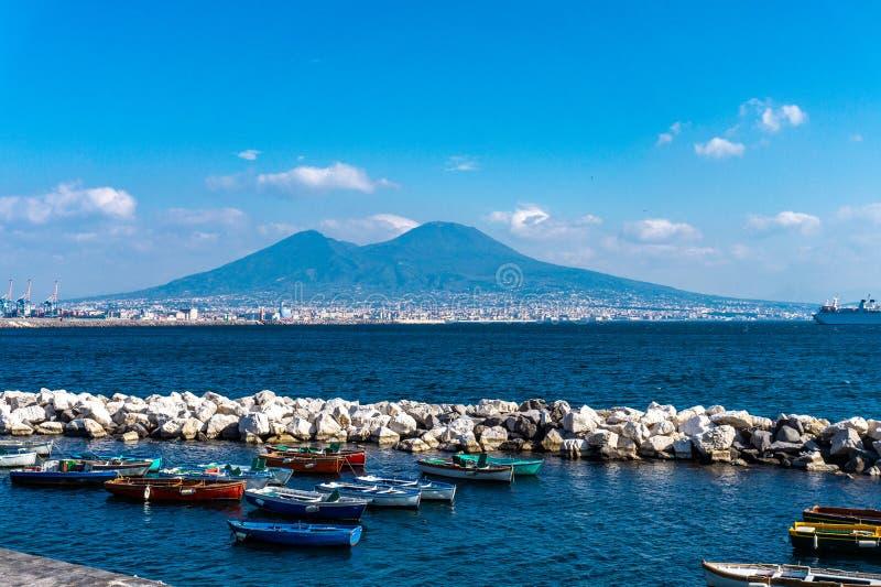 Golfo de Nápoles con los barcos de pesca de madera y el Vesuvio en el fondo fotografía de archivo libre de regalías