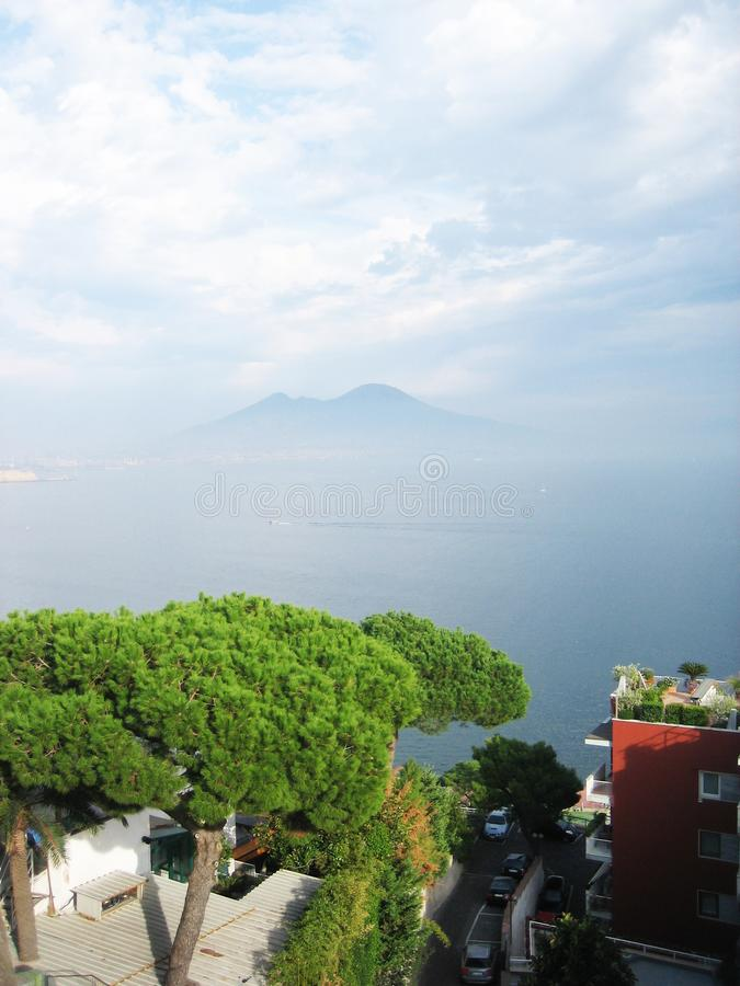 Golfo de Nápoles e de vulcão o Vesúvio imagens de stock royalty free