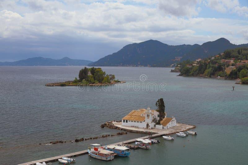 Golfo del mar, isla y monasterio Vlaherna Canoni, Corfú, Grecia imágenes de archivo libres de regalías