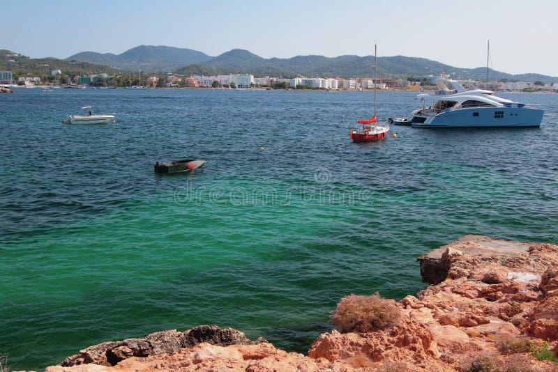 Golfo del mar y estacionamiento de yates San Antonio, Ibiza, España imagen de archivo libre de regalías