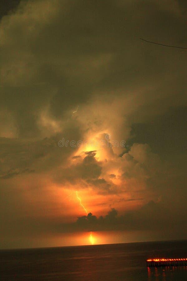 Golfo del Messico vicino alla spiaggia Florida di Panama City della rottura di primavera di tramonto fotografia stock libera da diritti