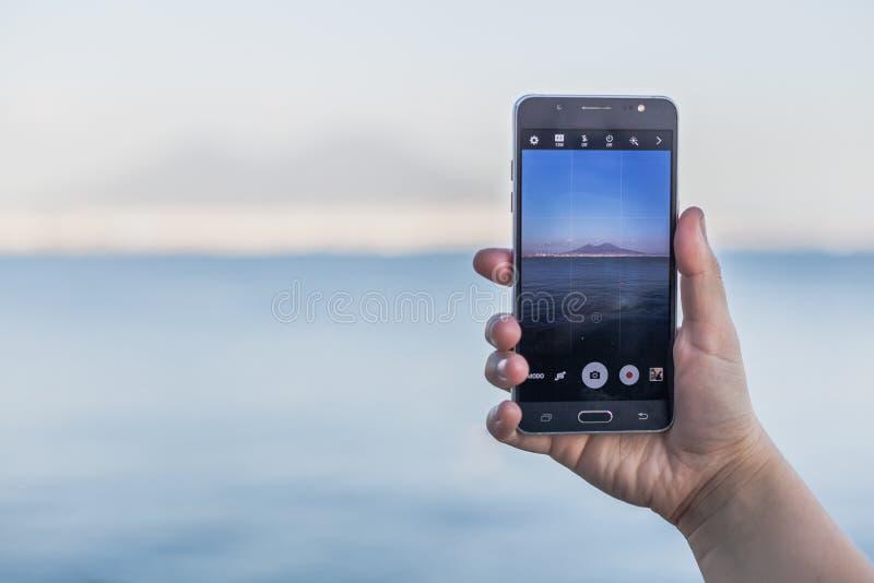 Golfo di Napoli da uno schermo dello smartphone fotografie stock libere da diritti