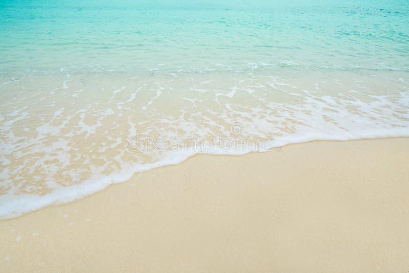 Golfoverzees op het zandstrand royalty-vrije stock afbeelding