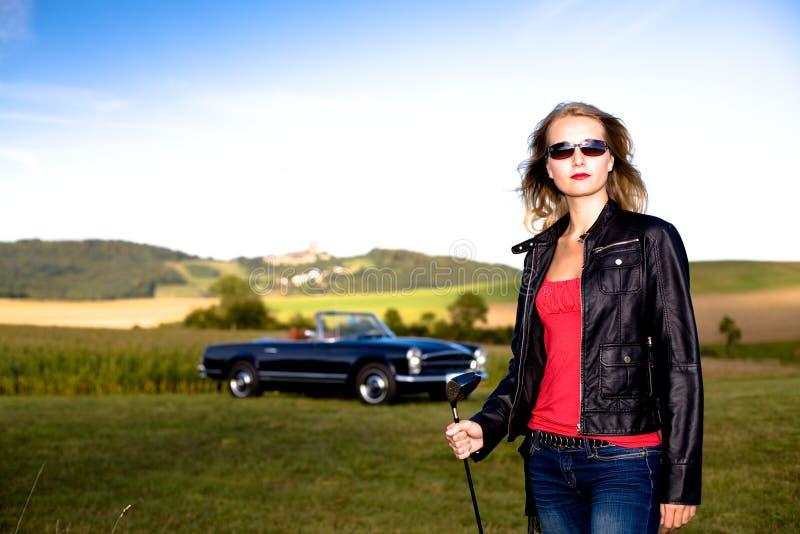Golfowa Dziewczyna i klasyczny samochód obraz stock