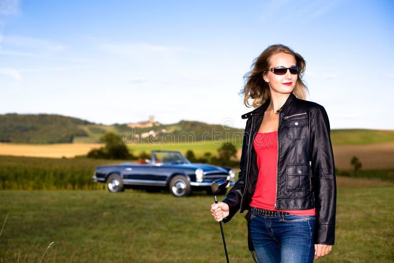 Golfowa Dziewczyna i klasyczny samochód fotografia stock
