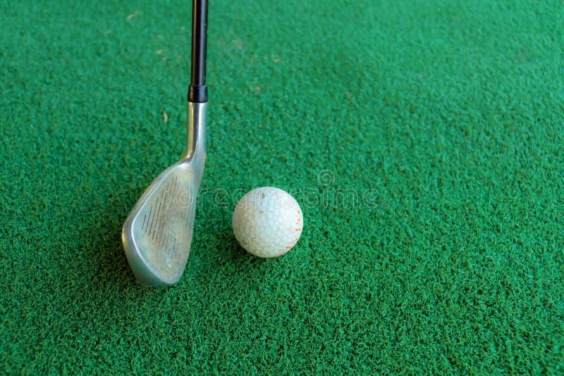 Golfowa huśtawka i piłka golfowa w zielonym tle lub astroturf obrazy royalty free