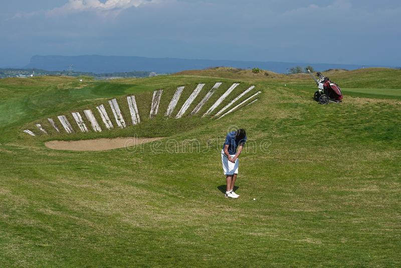 Golfowy gracz przy polem golfowym fotografia royalty free