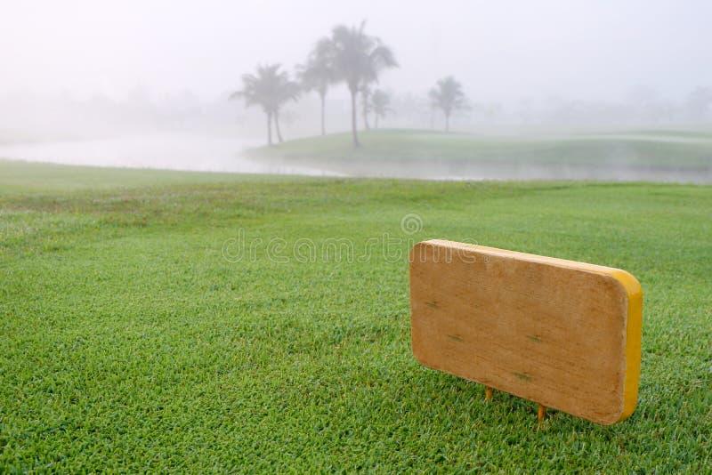 Golfowy podpisuje wewnątrz zielonego pole golfowe zdjęcia stock