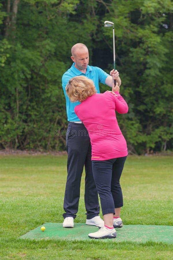 Golfowy pro korygujący dama golfistów chwyt fotografia royalty free