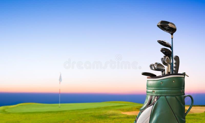Golfowy wyposażenie, golfowa torba na zieleni i dziura jako tło obrazy royalty free