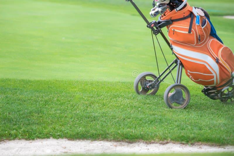 Golfpåse och trundler på golfbana royaltyfria bilder