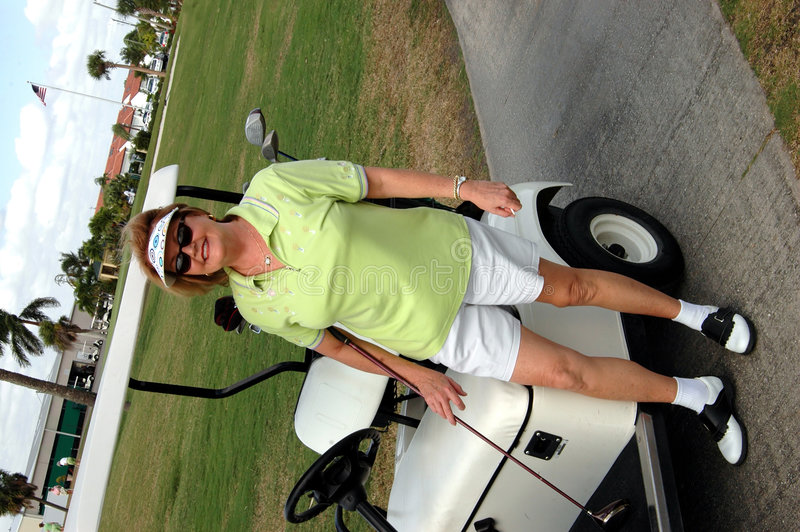 golfpensionärkvinna arkivfoto