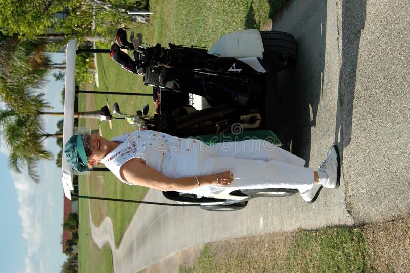 golfpensionärkvinna royaltyfri fotografi