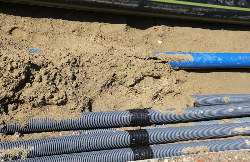 Golfpijpen voor het leggen van elektrische kabels in de uitgraving royalty-vrije stock foto