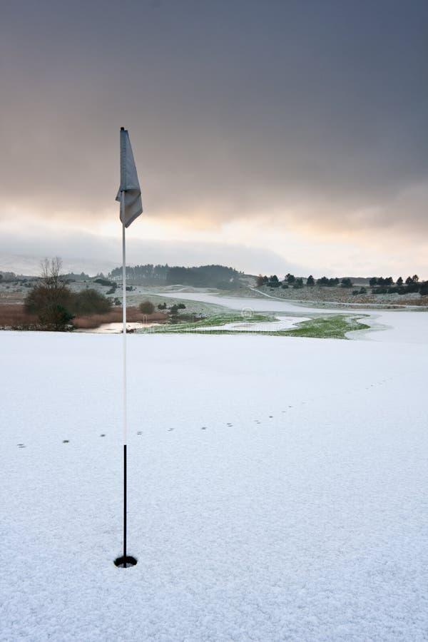 Golfplatz auf einem schneebedeckten Wintermorgen lizenzfreie stockfotografie
