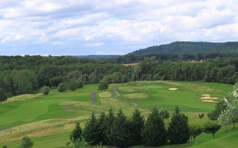 Golfplatz durch Berg lizenzfreies stockbild