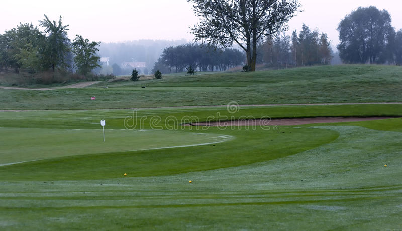 Golfplatz im Morgentau lizenzfreie stockbilder
