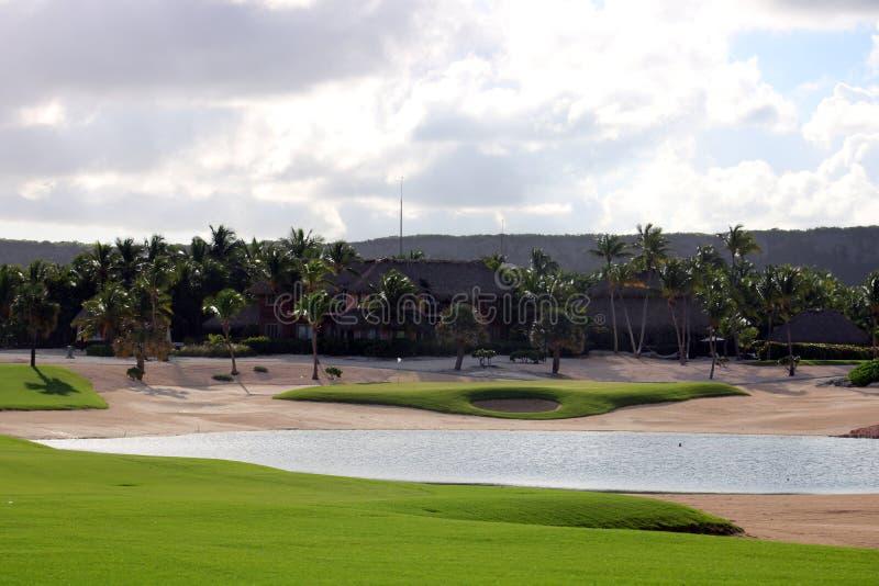 Golfplatz in Karibikinsel mit Ozean in der Rückseite stockfotos