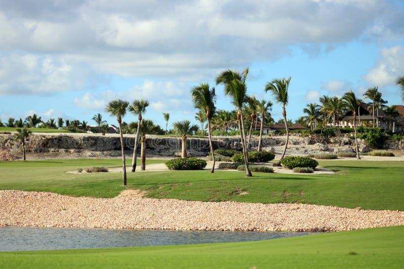 Golfplatz in Karibikinsel mit Ozean in der Rückseite lizenzfreie stockfotos