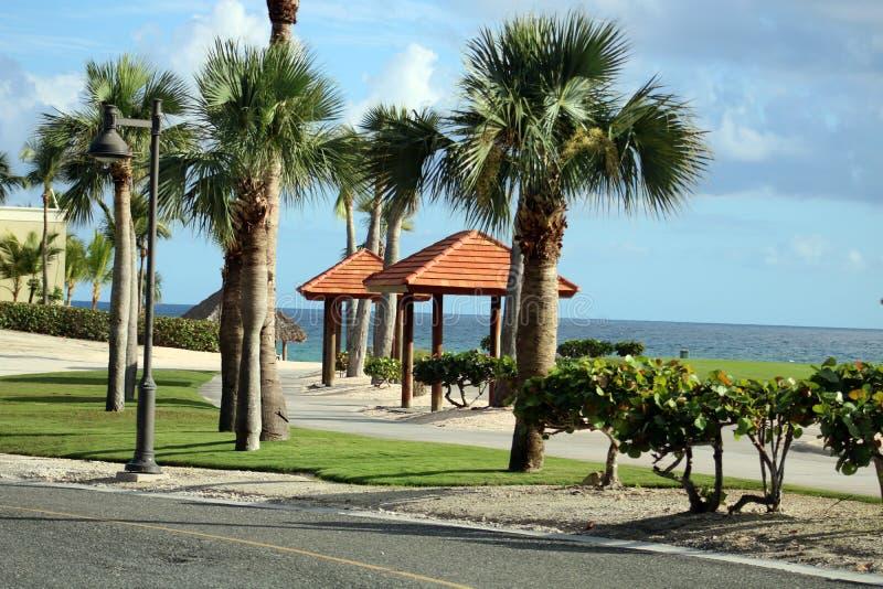 Golfplatz in Karibikinsel mit Ozean in der Rückseite stockbilder