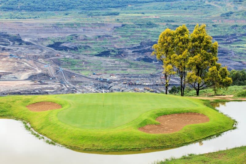 Golfplatz und See bei Mae Mo Mine stockfotografie