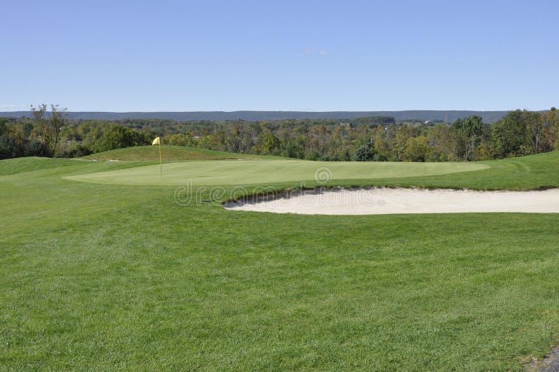Golfplatzfahrrinne und Sandfang lizenzfreie stockfotos