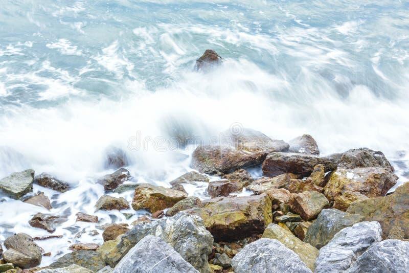 Golfplons aan rotsachtig strand en witte bel royalty-vrije stock foto