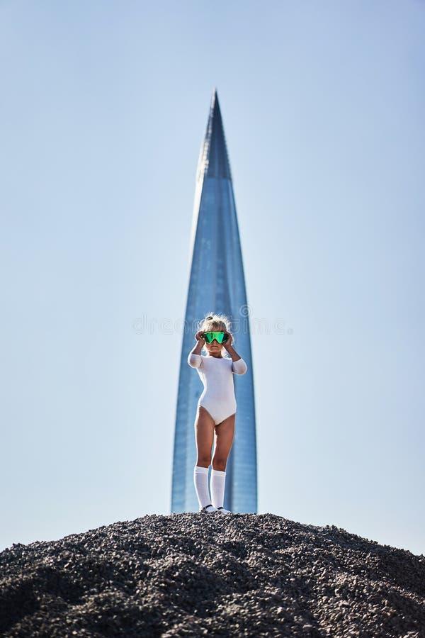 Golfs närvarande dagutrustning för lilla flickan som ser vit fotografering för bildbyråer