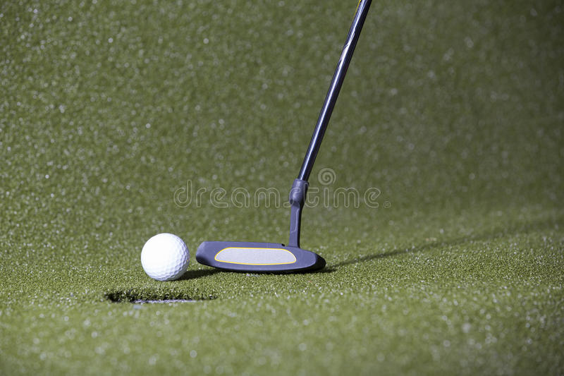 Golfschlag auf einem grünen Feld stockbilder