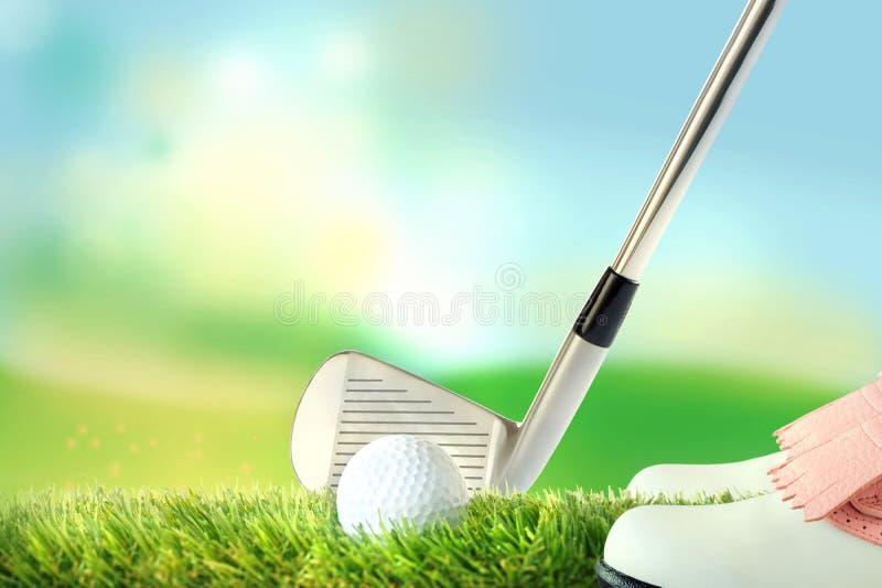 Golfspelare i svarsposition, golfboll med golfklubben vektor illustrationer