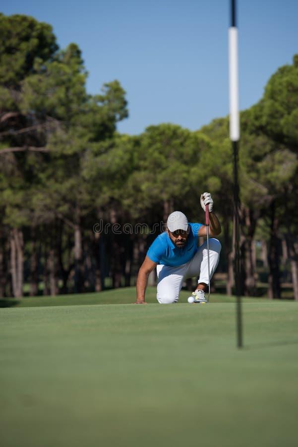 Golfspelare som siktar det perfekta skottet arkivbilder